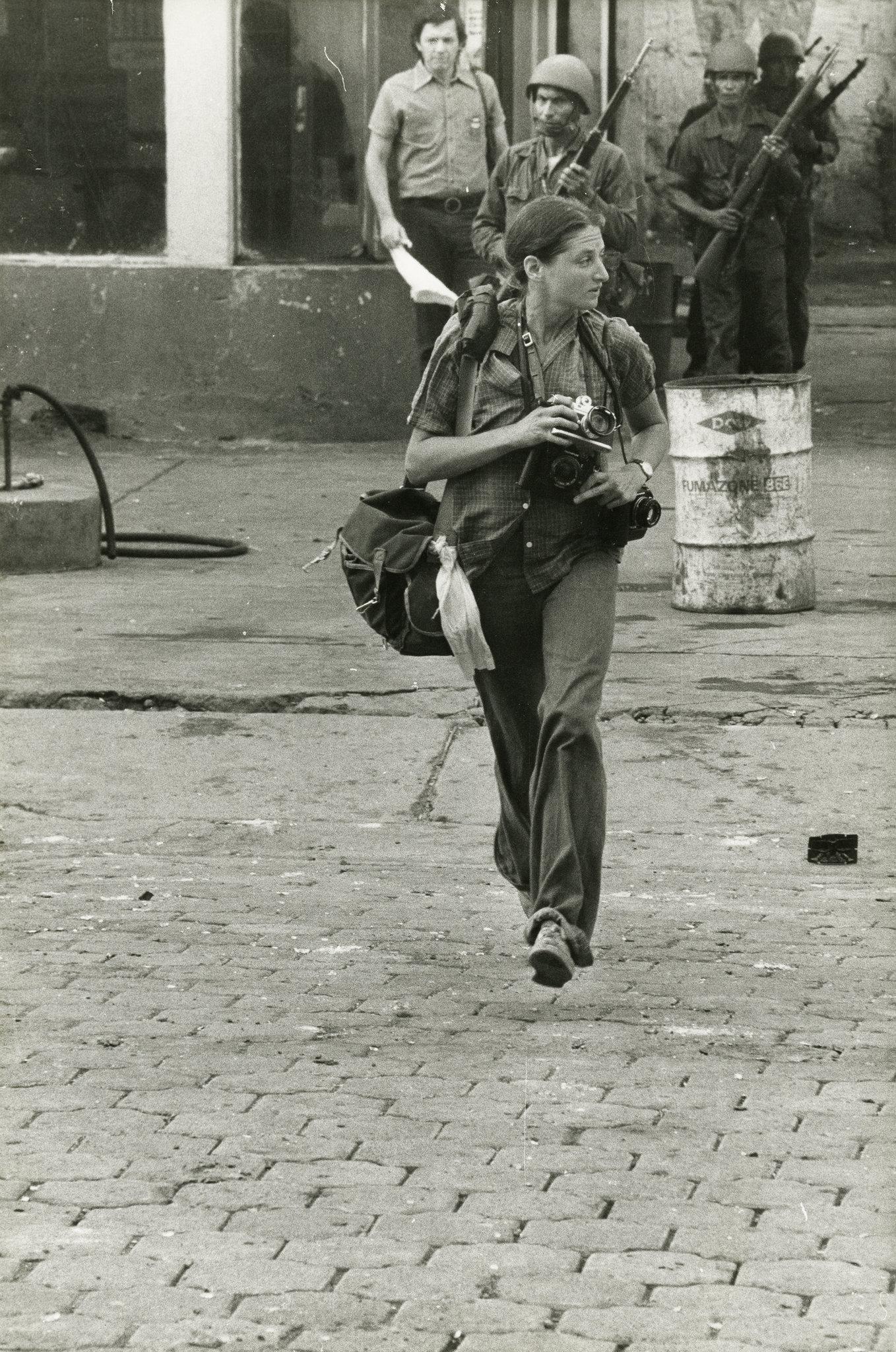 নিকারাগুয়ার মনিম্বো গ্রামে সুজান ম্যাইসিলাস ক্যামেরা হাতে। সেপ্টেম্বর ১৯৭৮ | ছবি: এলেএইন দিজিয়েন সিগমা