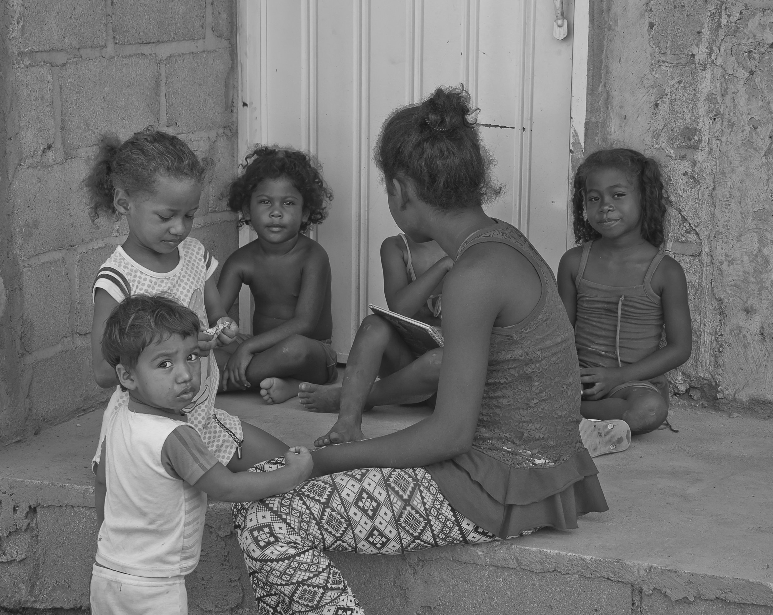 This is how good actions by young people promote peace by helping children to study, and to use their time doing meaningful activities to the community. They are even sometimes giving advices and promoting good habits. Here a young girl takes care of the kids while their parents are working.