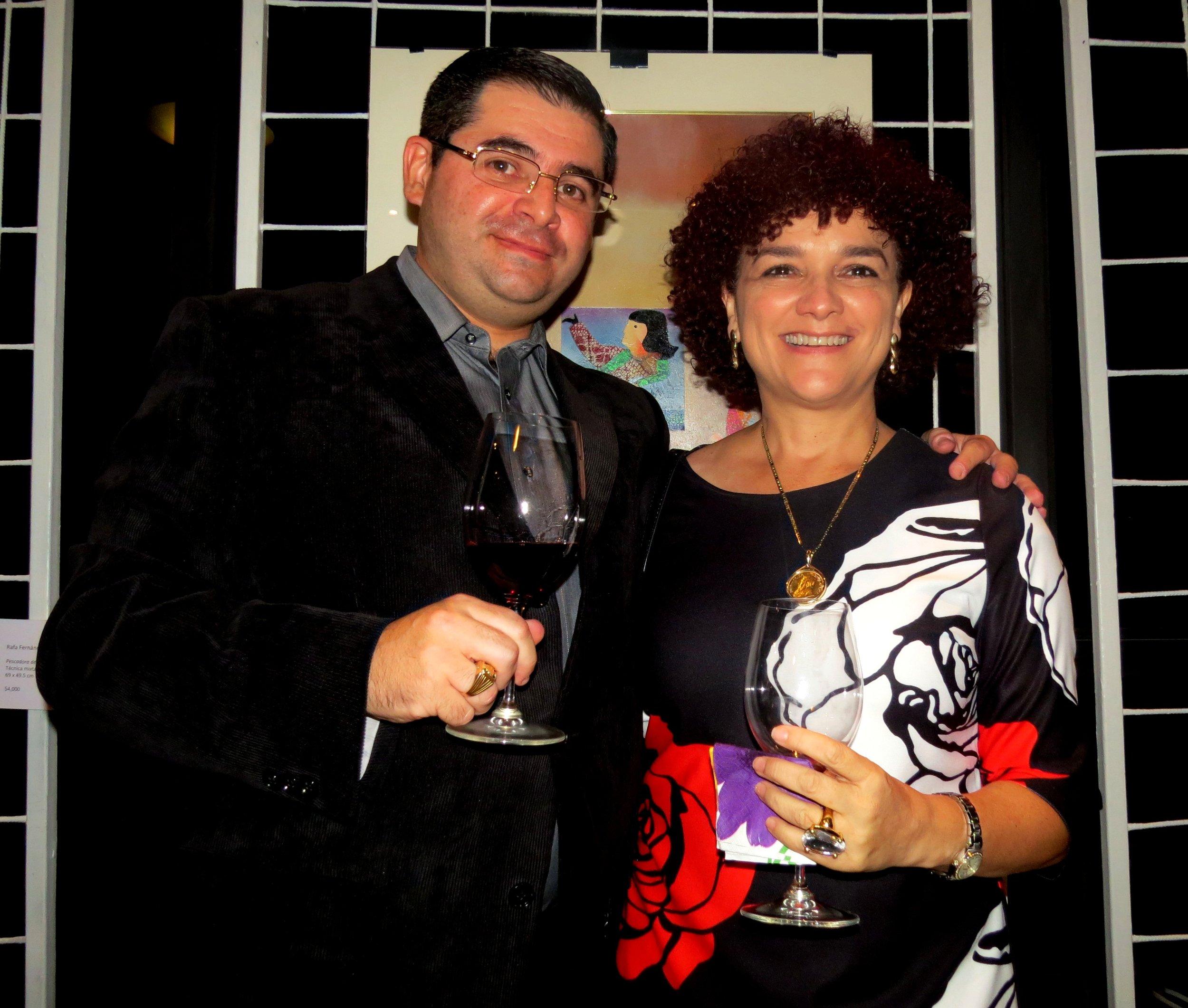 Juan José Nassar, propietario de VINVNMVNDI y Alma Fernández, hija del artista nacional, Rafa Fernández.