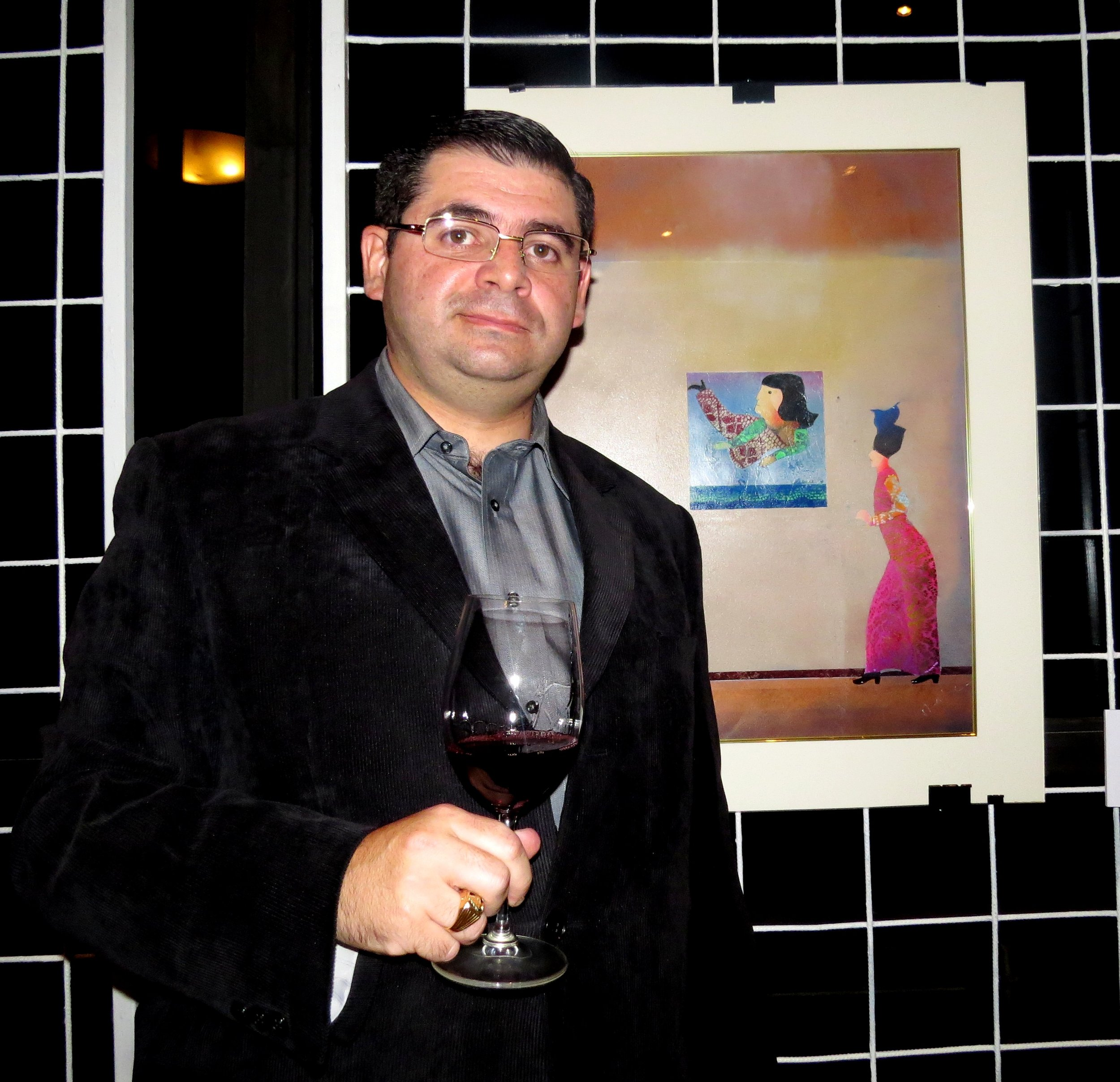 El propietario de VINVNMVNDI, Juan José Nassar, consideró que la combinación entre arte y vino sería muy interesante y es por esto y por su gusto por el arte de Rafa Fernández, que decidió incluir las obras del artista en el evento.