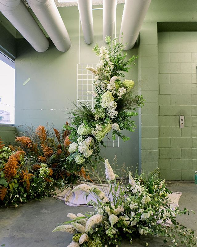 Just came across this photo of this collaborative installation we made during last year's Summer Inspired Foral Workshop by @amynicolefloral and @megan_gray. Nice little reminder on this #summersolstice _ Workshop @amynicolefloral @megangray  Workshop Assistant @rawfinery Roses @gracerosefarm Photographer @jessicariekephoto Location @theoriginallaflowermarket  _ #floralinspiration #floraldesign #summer #floraldesign #beautyinunexpectedplaces