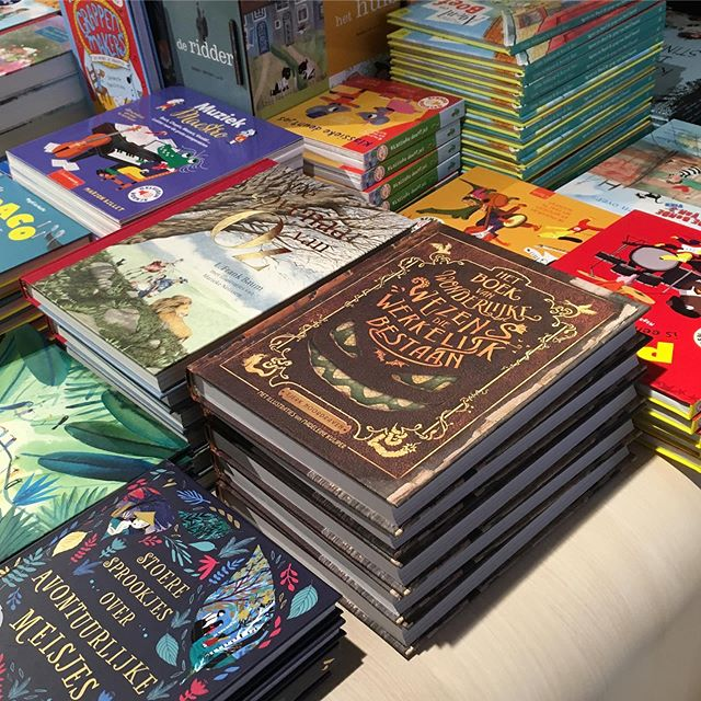 Ondertussen bij boekhandel Scheltema / at the main bookstore Amsterdam #boekvanwonderlijkewezens #tjerknoordraven #moonuitgevers #esthermalaparte #monsters #book #150mysteriouscreatures #monstruos #monstres #illustrations #bookillustrations #overamsteluitgevers