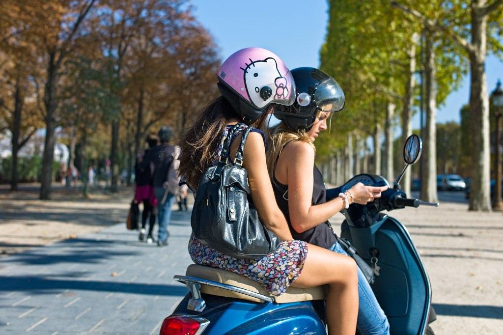 Hello Kitty Moped Girls, Paris