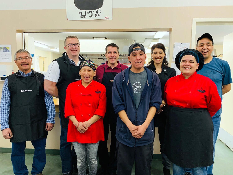 Brian Penny, PDG de Baffinland Iron Mines, Duane Wilson, VP relations chez Arctic Co-operatives Limited et Udlu Hanson, VP communauté & développement stratégique. En avant à droite: le chef Trudy M. et plusieurs employés de Baffinland.
