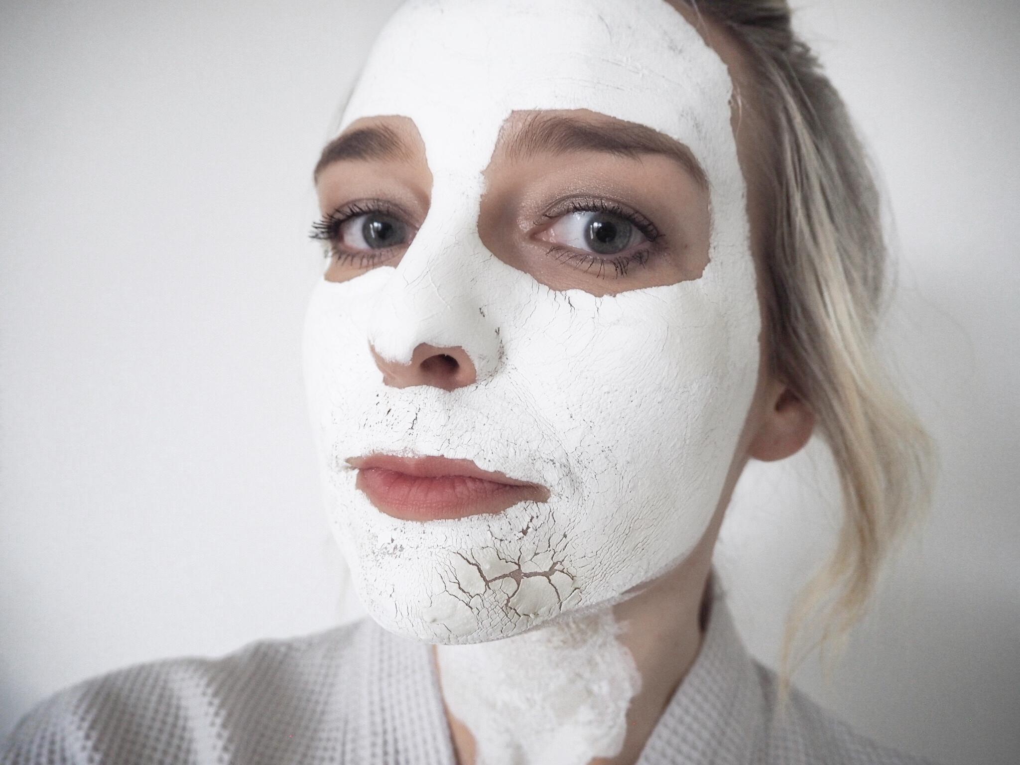 Jakmile maska na obličeji zaschla, začala se drolit, což pro mě bylo znamení, že se mám jít opláchnout.