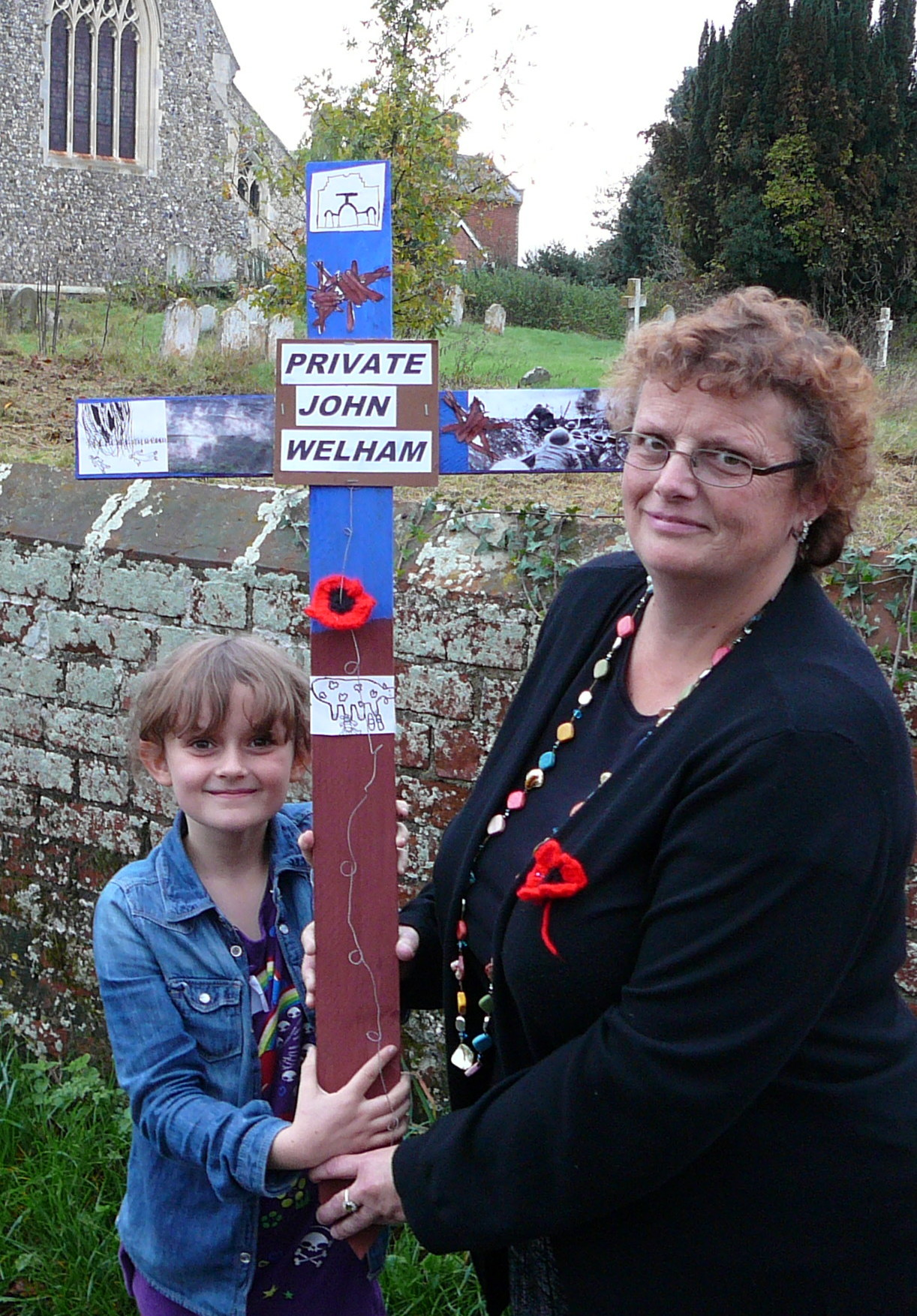 115 AMY AND HELEN CHITTY WITH THE CROSS IN MEMORY OF JOHN WELHAM.jpg