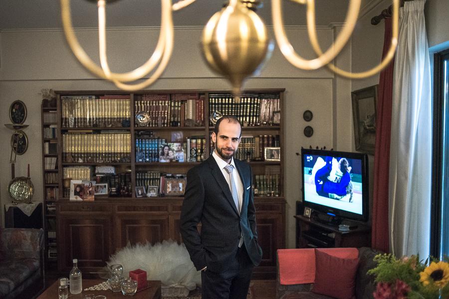 17 Γάμος στη Φιλοθέη προετοιμασία γαμπρού πορτραίτο.jpg