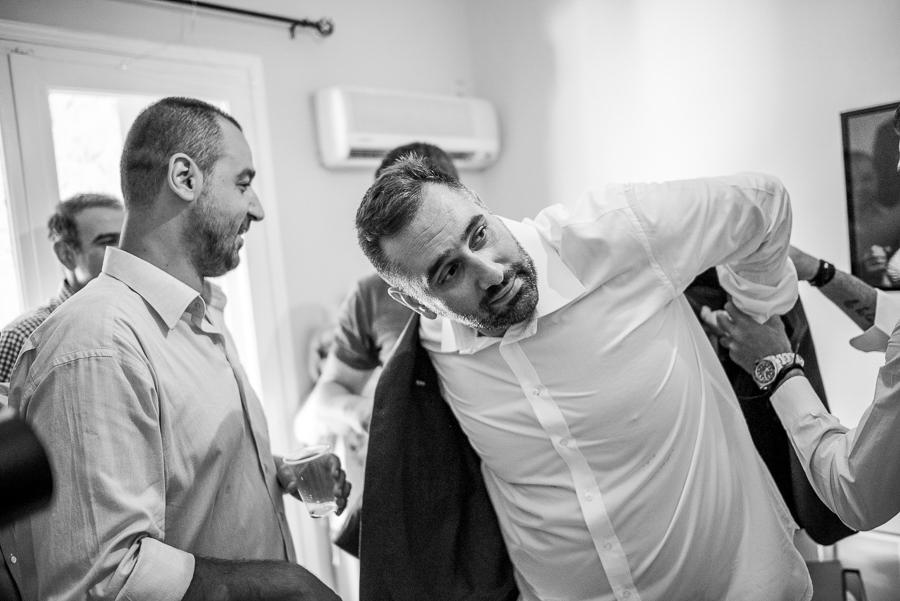 20 γάμος στον Άγιο Νεκτράριο Βούλας προετοιμασία σπίτι σακάκι.jpg