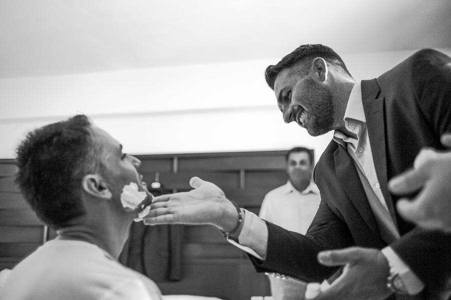 04 γάμος στο αγρίνιο ξύρισμα γαμπρού.jpg