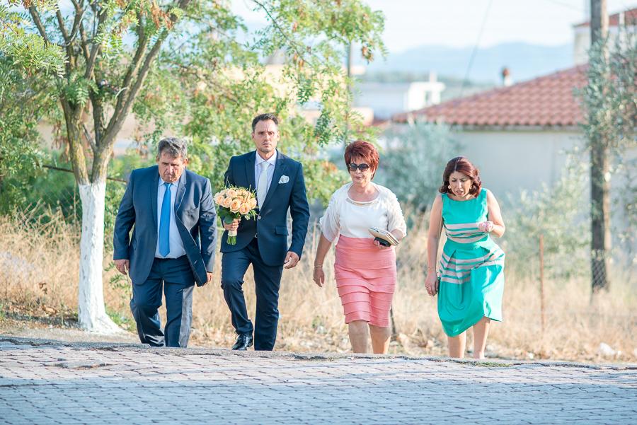 97 γάμος στο αγρίνιο ο γαμπρός φτάνει στην εκκλησία.jpg