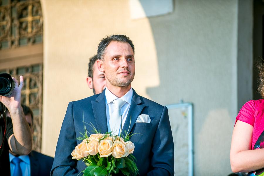 111 γάμος στο αγρίνιο ο γαμπρός περιμένει τη νύφη.jpg