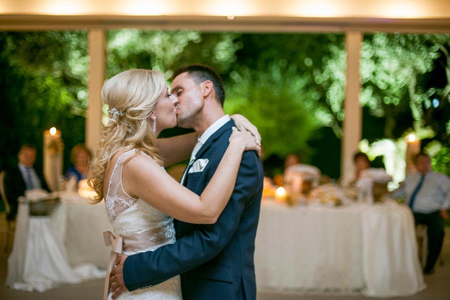 149 γάμος στο αγρίνιο φιλί του ζευγαριού χορεύοντας.jpg