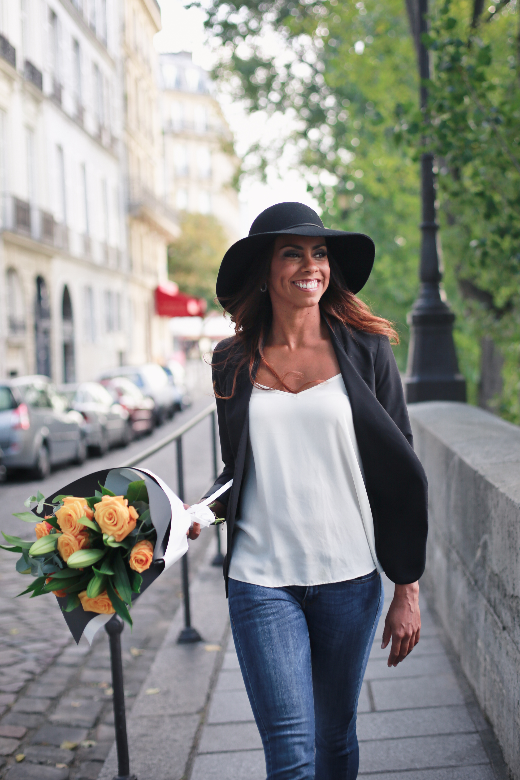 Flytographer vacation photo shoot in Paris. Black hat, blazer, and flowers