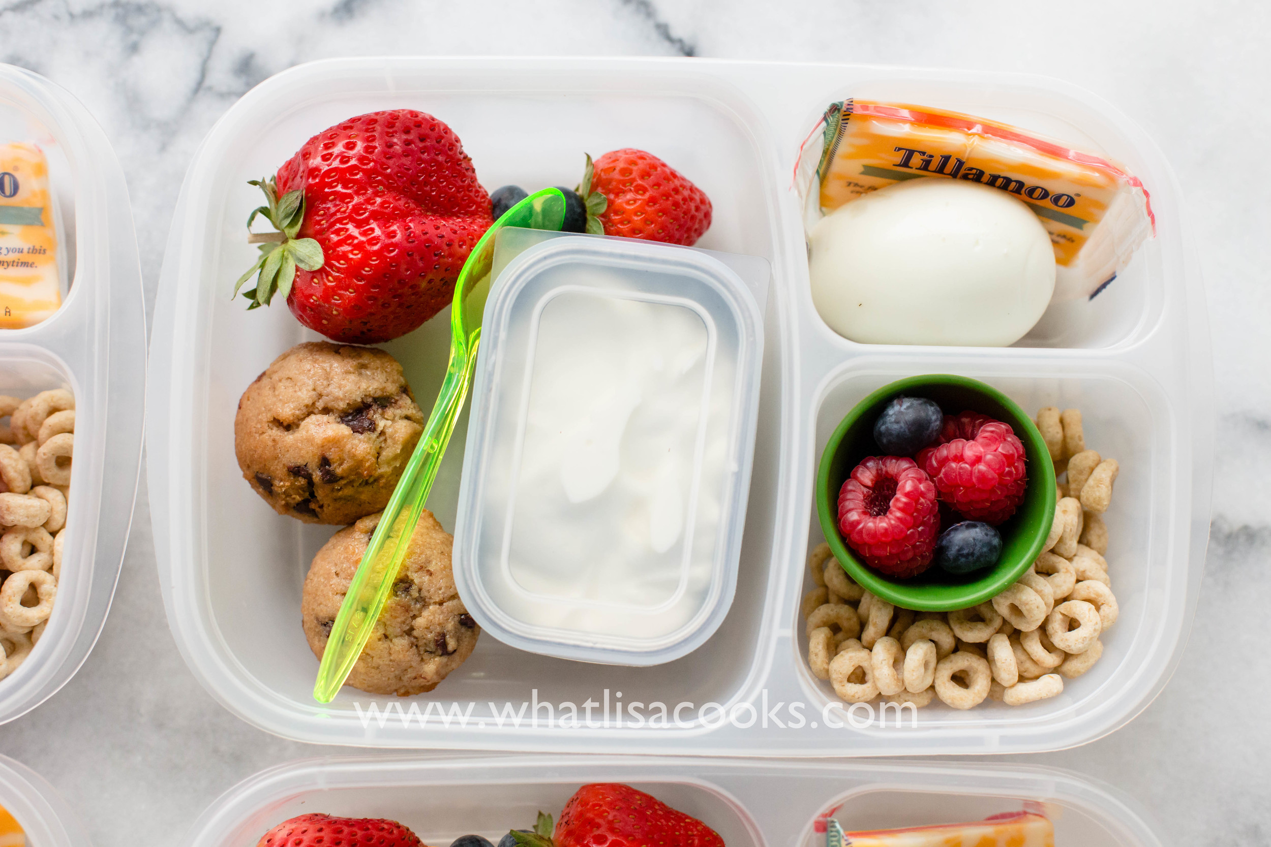 perfect school lunch idea from whatlisacooks.com - mini chocolate chip muffins and fruit, with an easy muffin recipe.