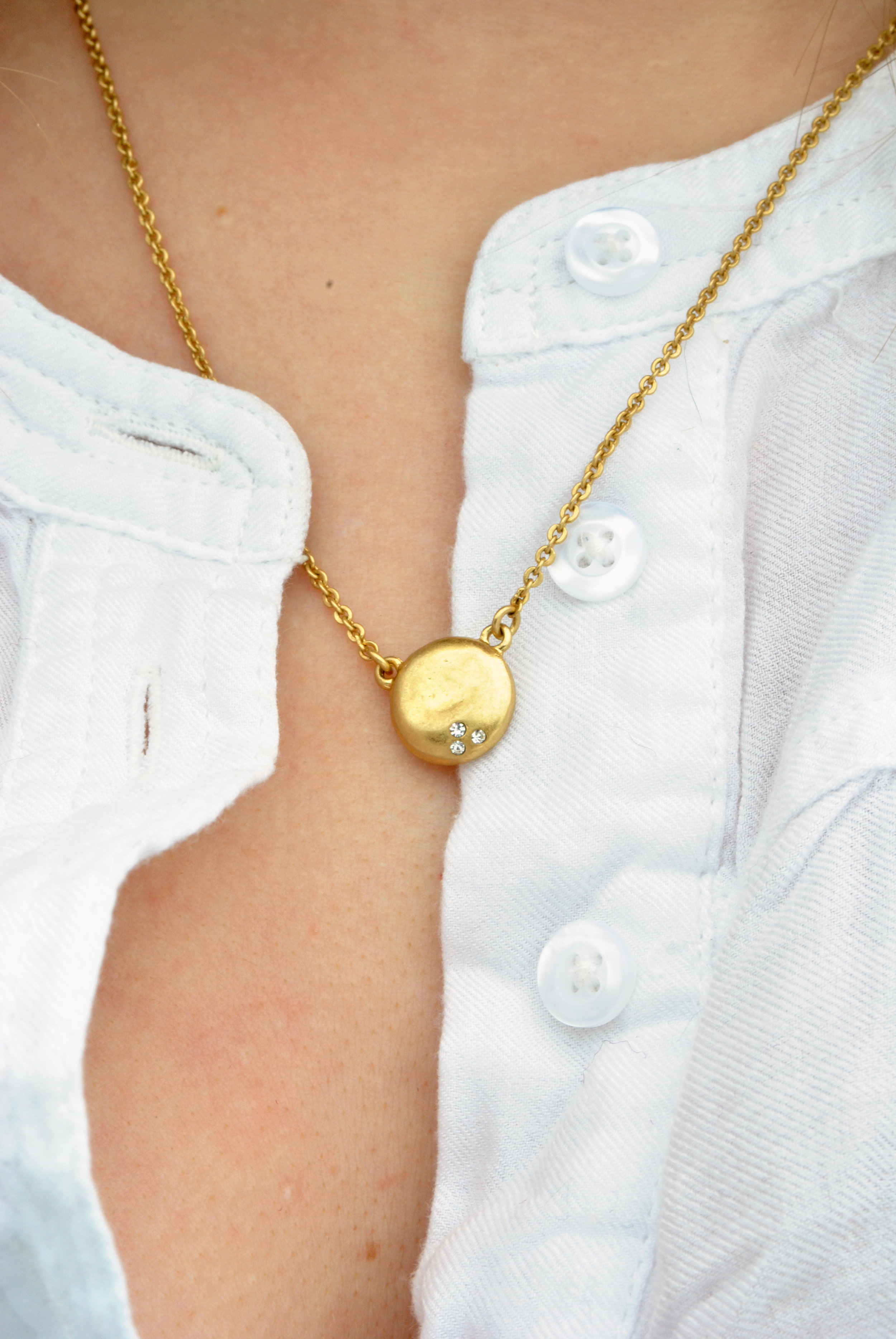 gold pendant necklace from Chloe+Isabel | thoughtfulwish