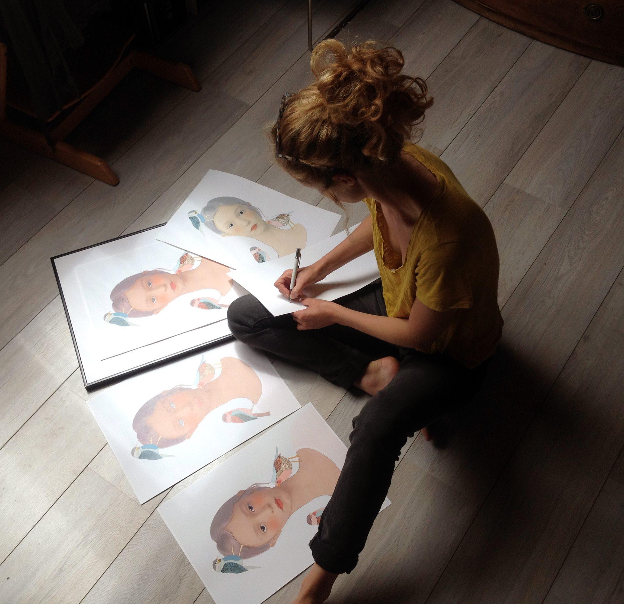 """Anna signe les 5 exemplaires de """"La fille aux oiseaux"""""""