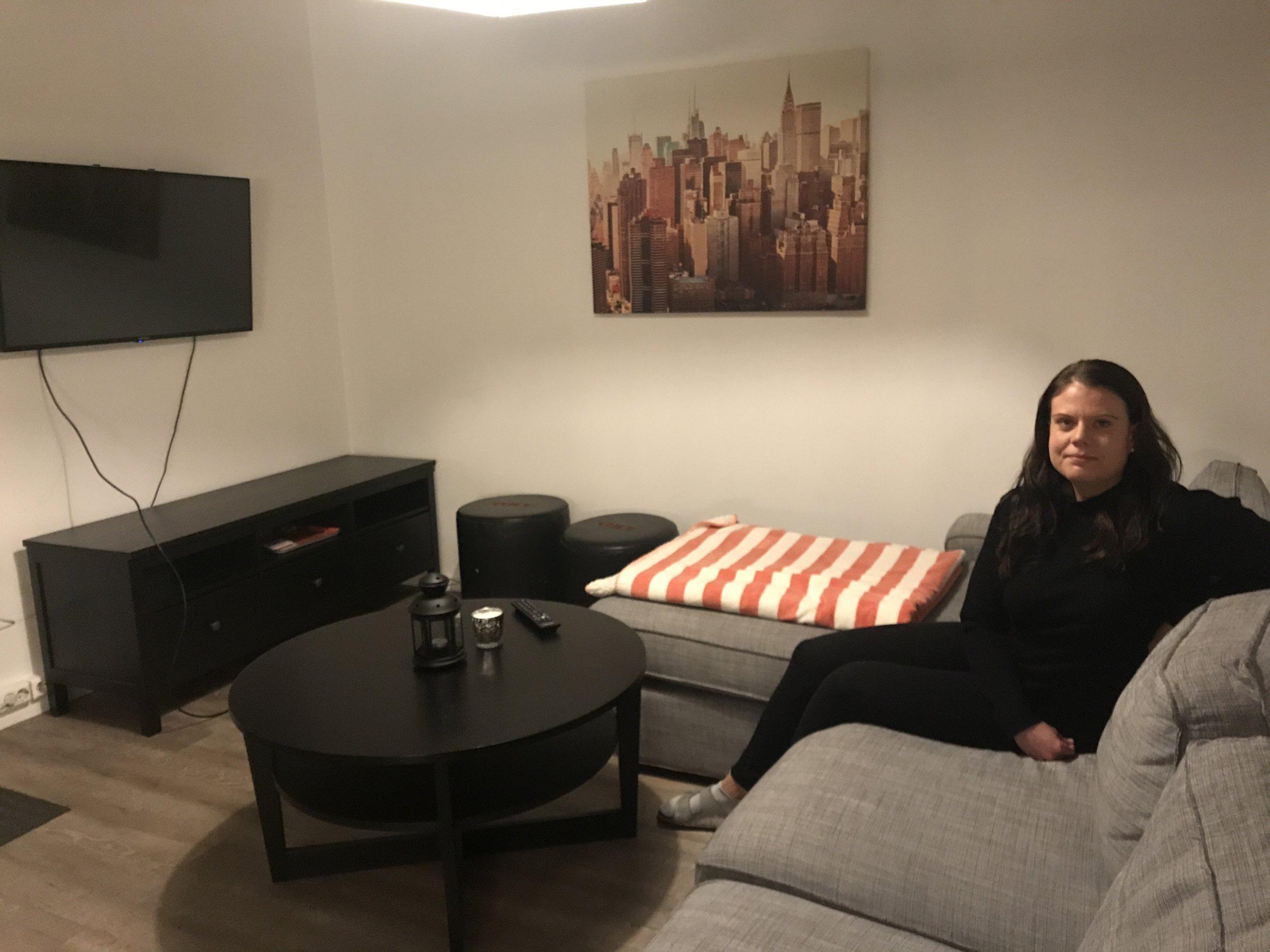 Caroline, 28 - Jag har bott i Oslo och på Svenska Föreningen i över 5 år nu. Då jag såg efter boende innan min flytt till Oslo letade jag efter ett billigt, rent och centralt boende och Svenska Föreningen var just det. Rummet är möblerat och likaså kök och andra allmänna ytor, något som gjorde det väldigt enkelt att flytta in. Personalen är väldigt tillmötesgående och alltid tillgängliga, dygnet runt, när det uppstår problem. Det är något som har fått mig att känna mig trygg. Att bo med primärt svenskar i samma åldrar har också varit en trygghet då man flyttat utomlands. Jag kan varmt rekommendera Svenska Föreningen både som första boende i Norge, men även som långtidsboende. Många jag känner här har bott här i över 1-2 år.CarolineFebruari 2018