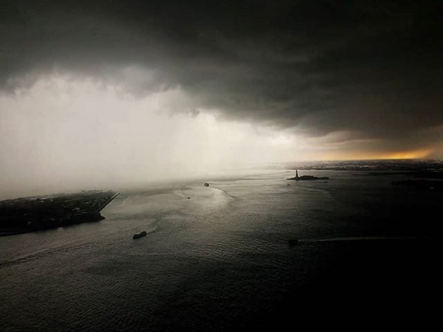 Fast mover of a #storm. Squall line passed in about 10 mins. #clouds #manhattan #statueofliberty #nyc🗽