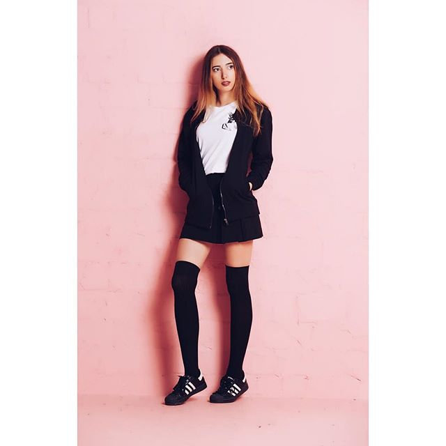 💒🏩 So #fresh and so #pink @anukihoffmann for @fabelwesen.berlin wearing our #mighty #white #tshirt and our #blackonblack #college #jacket 🏩💒
