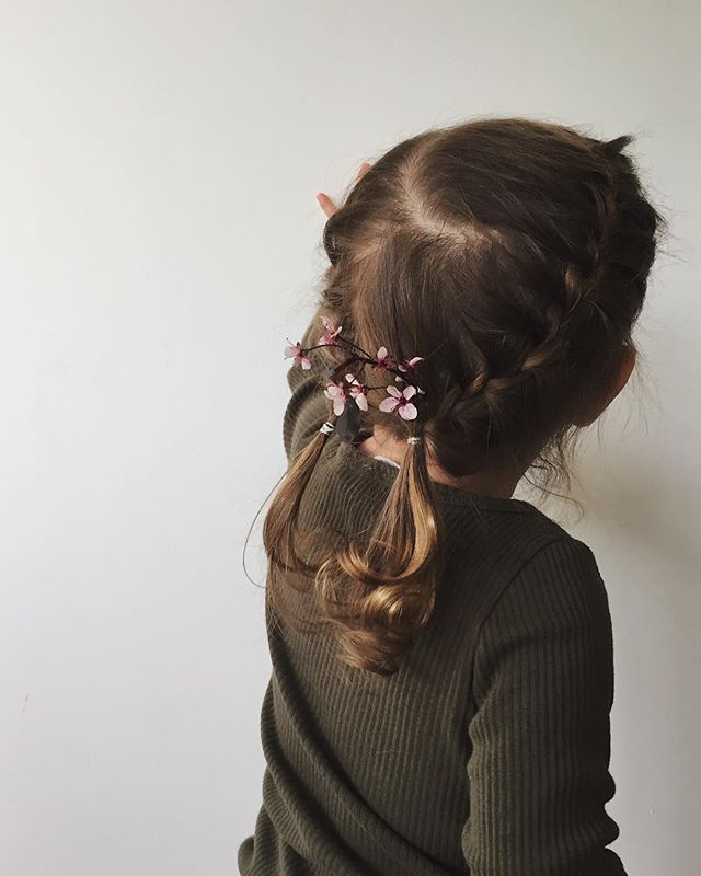 The little one's first braid + flowers 🌸👧🏼 . . . . . . . . #mamamade #momtogs #smallshop #motherhoodlens #seekthesimplicity #slowliving #everygirlathome #vscomom #slowmotherhood #documentingmotherhood #intentionalliving #pursuepretty #childhoodunplugged #ministylekids #folkandstory #kinfolklife #holdthemoments #morningslikethese #thepursuitofjoyproject #livefullyalive #motherhoodunplugged #darlingmotherhood #thatauthenticfeeling #unitedinmotherhood #ig_motherhood