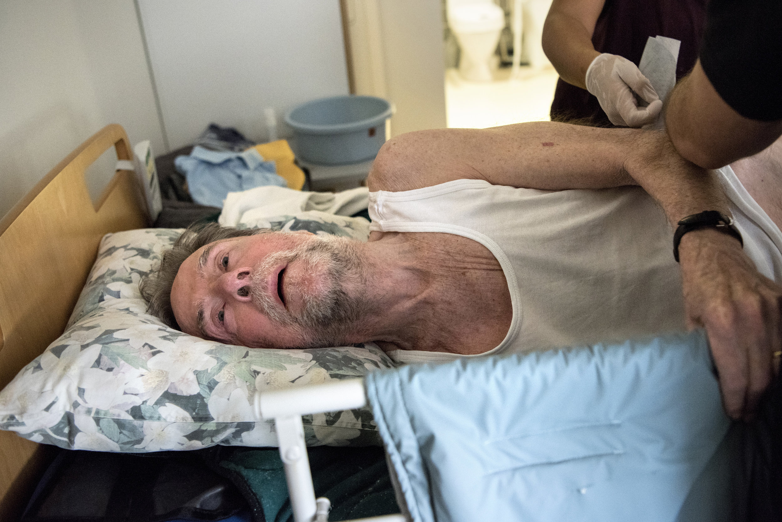 At the nursing home they had a voucher system so the patients could get a bath once a week. At this point Poul was too sick, so the morning routine was done while he was lying in bed.