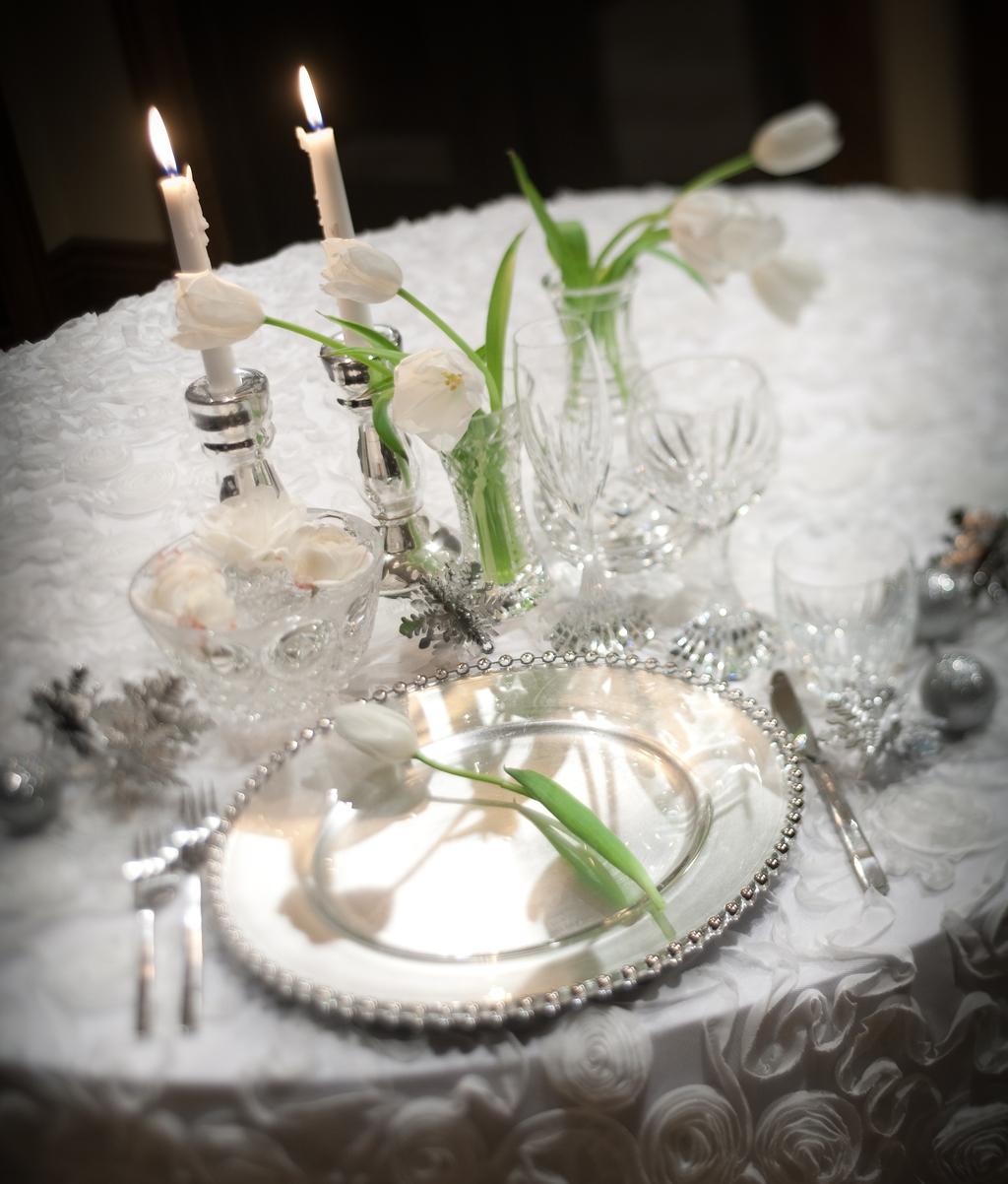 winter-wonderland-wedding-table-decor-white-silver-wedding-color-palette.full.jpg