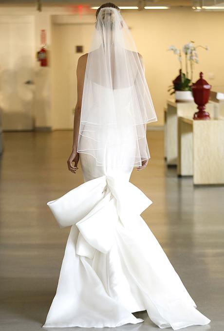 Wedding dress by   Oscar de la Renta  |  Photo: Luca Tombolini /  Indigitalimages.com