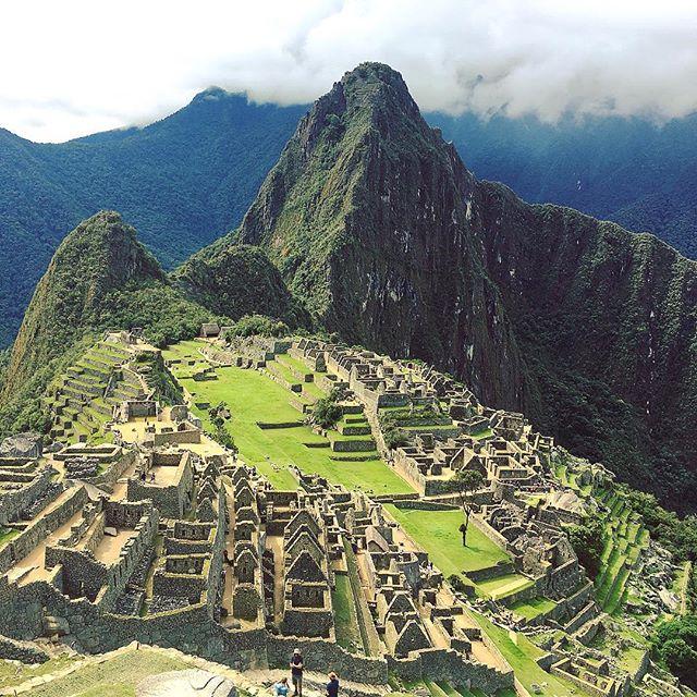 Ridiculously good weather today for exploring Machu Picchu. 80% of visitors come through in the morning, so get here in the afternoon for an unhurried stroll. 📷: @westaby . . . . #machupicchu #incas #wondersoftheworld #VamosLATAM#LATAMGram#OnlyInSouthAmerica #aktravel #virtuosotravel#ovationvacations #artisanalexplores#artisanalexp #skylarktravels  #darlingescapes #traveling #wanderlust  #bucketlist #traveldiary #worldplaces #earthfocus #welivetoexplore #travelgram #simplyadventure #peru #inca #wheretofindme  #openmyworld #exploremore #finditliveit #mytinyatlas #goopgo