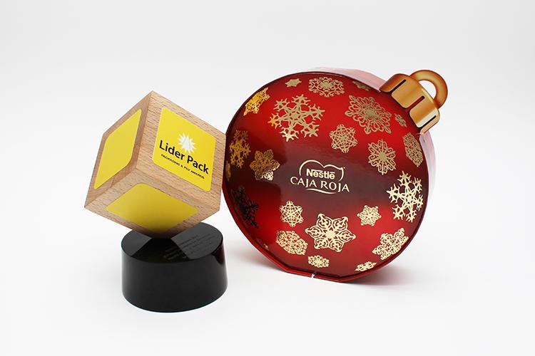 El estuche   Nestlé Caja Roja Bola de Navidad, premiado en la categoría de  mejor packaging de Alimentos .