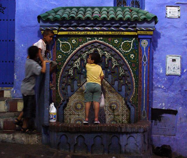 Una de las tantas fuentes de la Medina. Agua fresca de la montaña.    FOTO FGZ