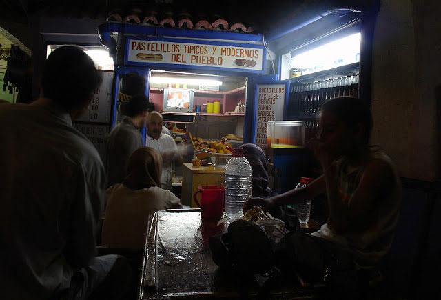 Bocadillos cerca Uta el Hammam. Antigua librería y ya clásico de las noches de Xauen   FOTO FGZ