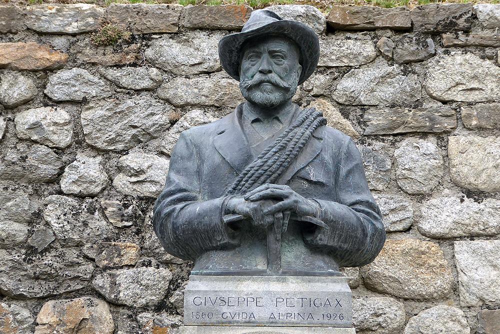 Escultura de Petigax en Courmayeur, frente a la Casa de los Guías. Foto: FGZ