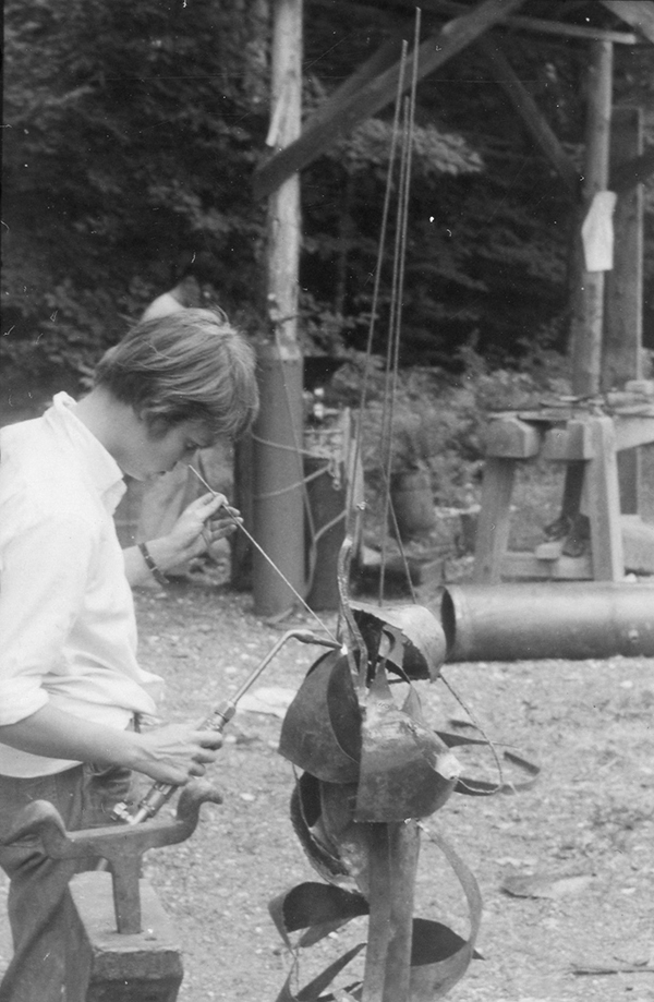 Lee Bontecou welding in the sculpture yard as a participant in 1955.
