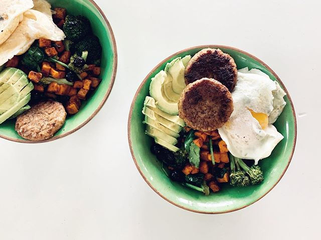 Brunch for mama & me ☀️ • • • Spicy-sweet hash of sweet potatoes, broccoli, blueberries (so good warmed up in savory dishes!) & spinach seasoned with chipotle and cayenne pepper, topped with sausage, avo and eggs #fullbowl #cococooks