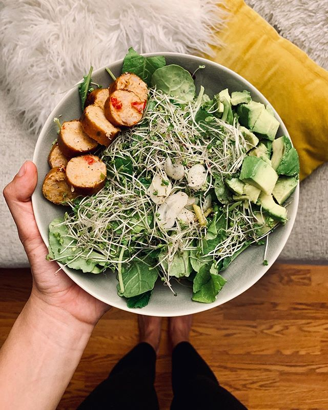 Could not sit at the kitchen table when I noticed these sprouts matched the texture of my throw pillow ✨ • • •  @applegate roasted red pepper chicken sausage, avocado, broccoli sprouts, pickled garlic, kale and romaine. Made a dressing out of leftover @grillospickles juice mixed with avo oil, salt & pepper #fullbowl #cococooks