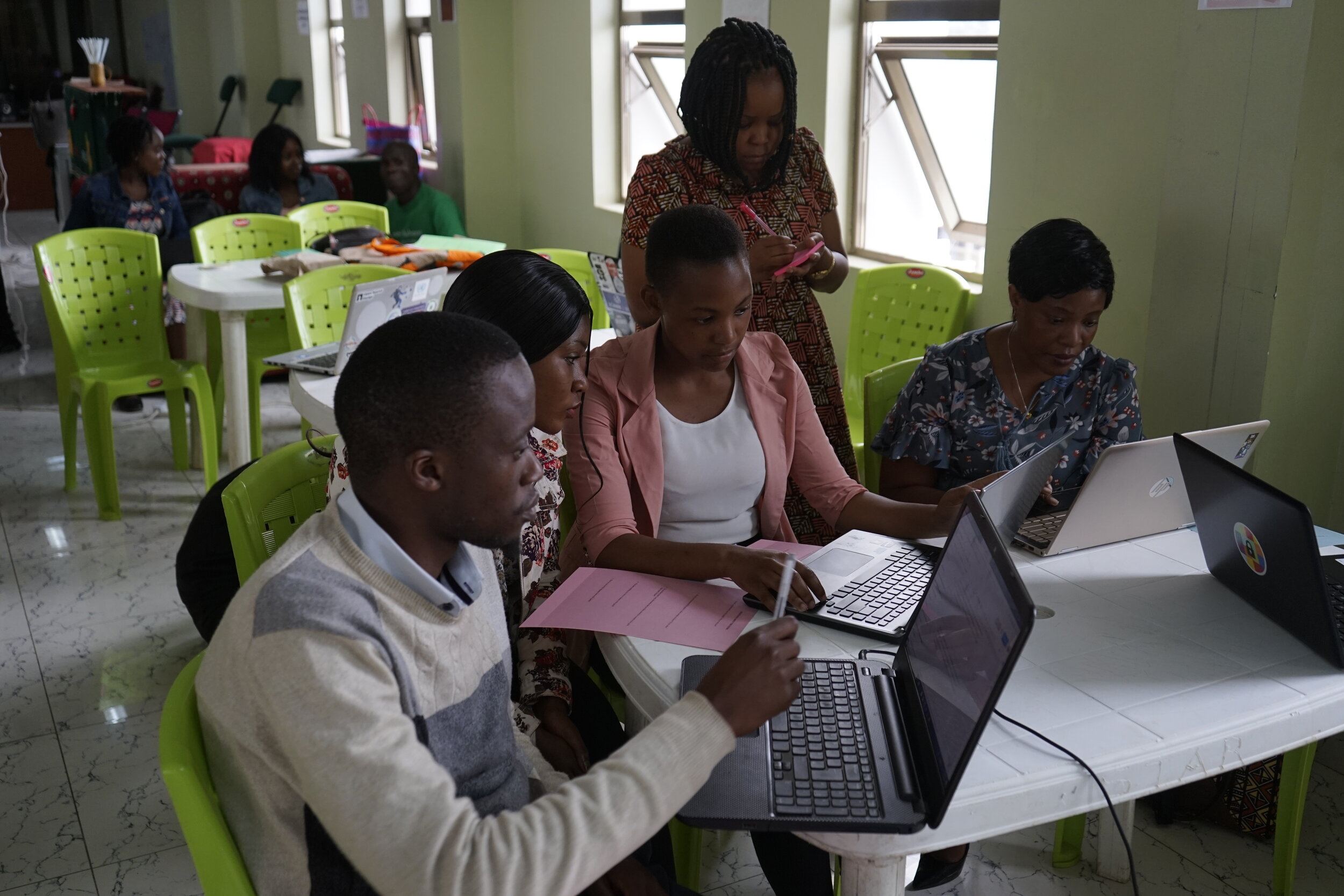 Zaituni Njovu of  Zaina Foundation  assists Localization Sprint participants working on the  Safe Sisters  digital safety guide.