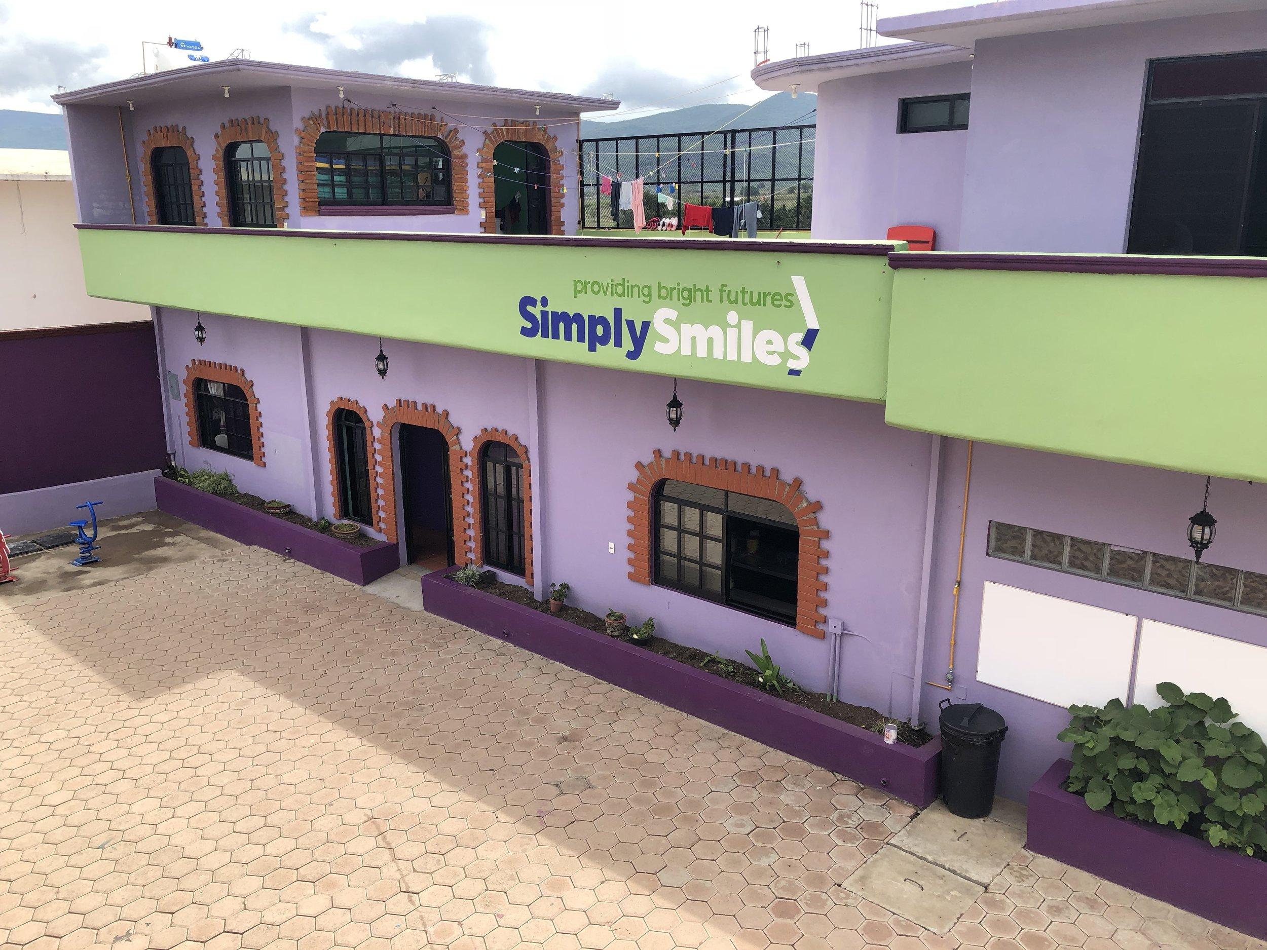 La Casa Hogar Simply Smiles: Un entorno  seguro ,  estable , y  divertido  para que niños de todas las edades puedan  aprender ,  crecer  y  prosperar  y obtener el futuro que se merecen.