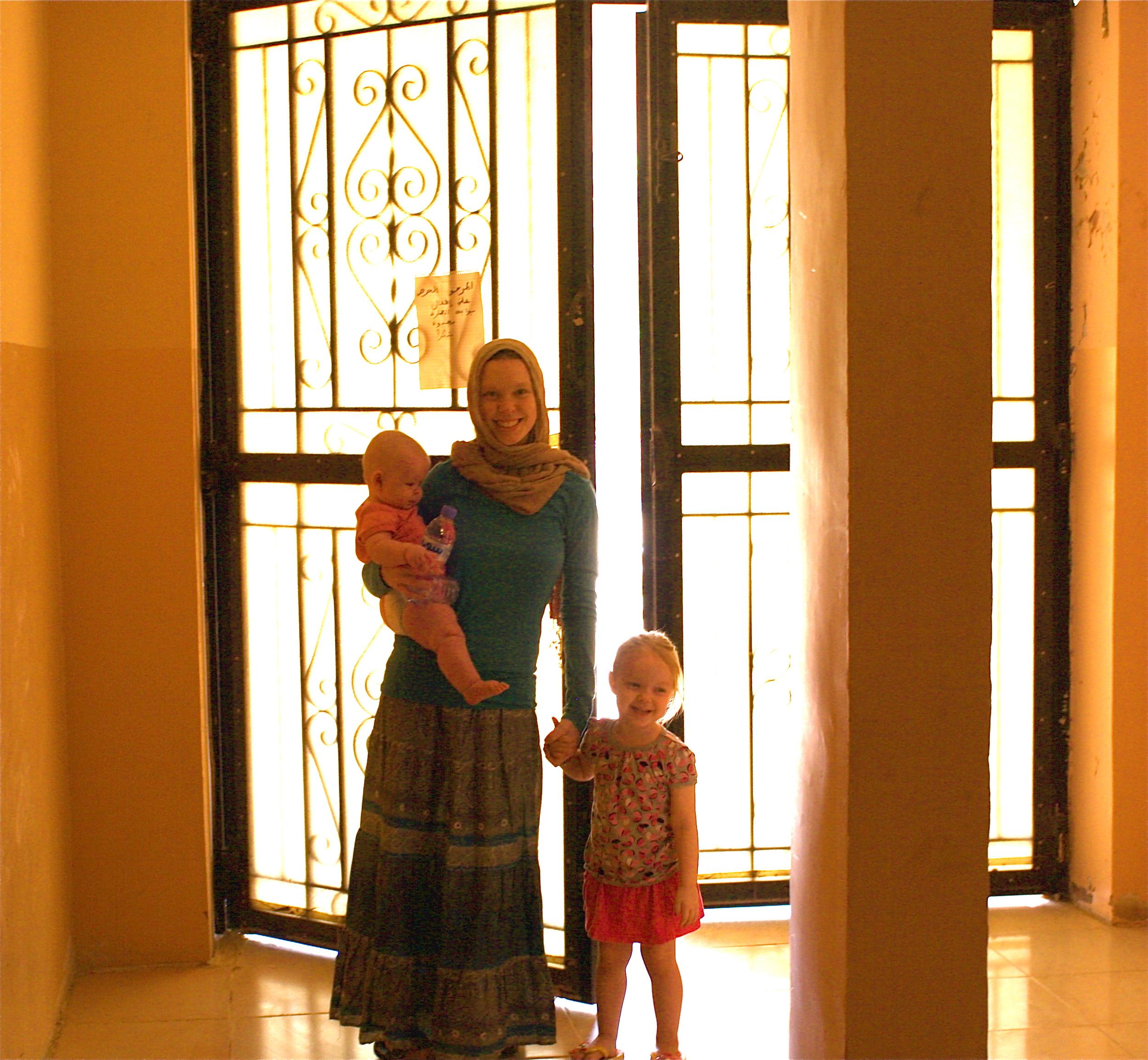 EElise y nuestras hijas mayores fuera de nuestro apartamento en el noreste de África