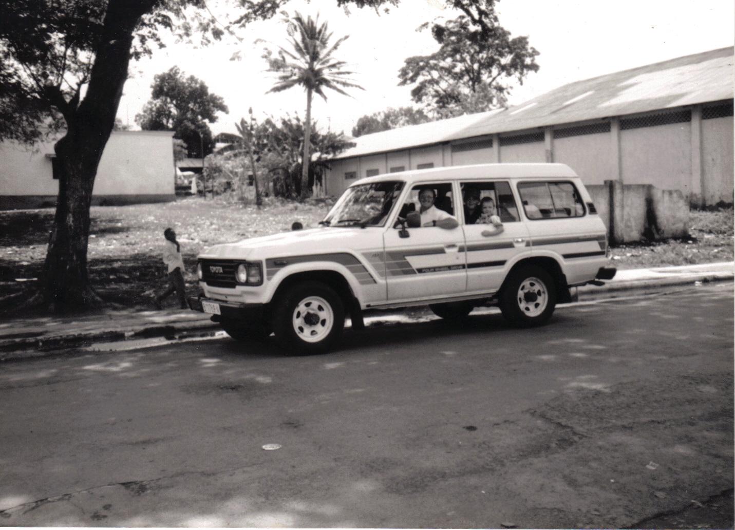 DPapá, mi hermano mayor Shawn y yo en nuestro vehículo Speed he Light, Malabo, Guinea Ecuatorial