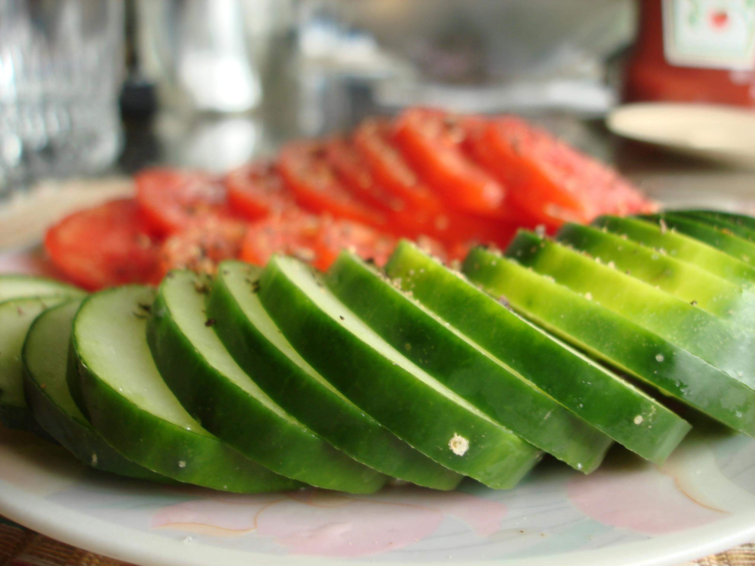 Sliced_cucumbers_and_tomatoes.JPG