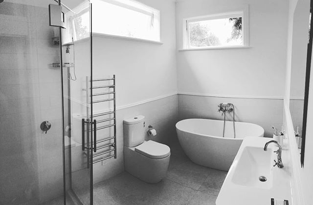 The team managed to sneak in a bathroom reno before the break. Simple classic look 🙌