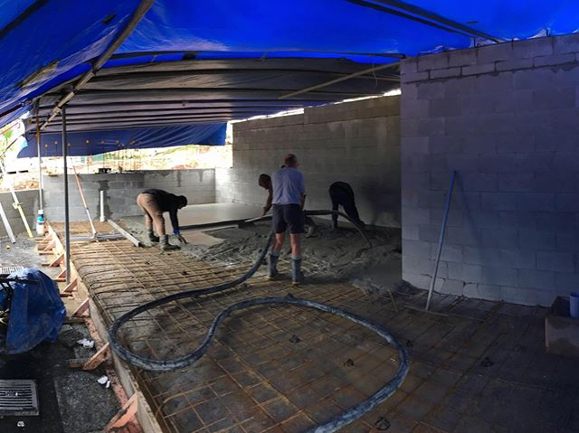 🌦🌧The boys making it happen with temporary cover for the concrete layers 🙌 What ever it takes to keep the project moving 🌦🌩