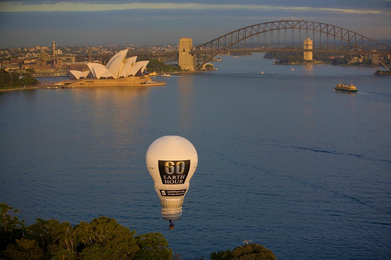 Lightbulb hot air balloon sydney harbour bridge wide.jpeg