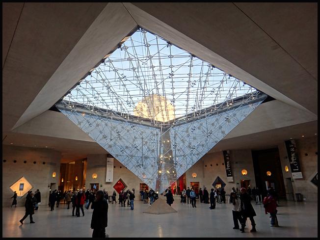 paris-louvre-interieur-pyramide.jpg