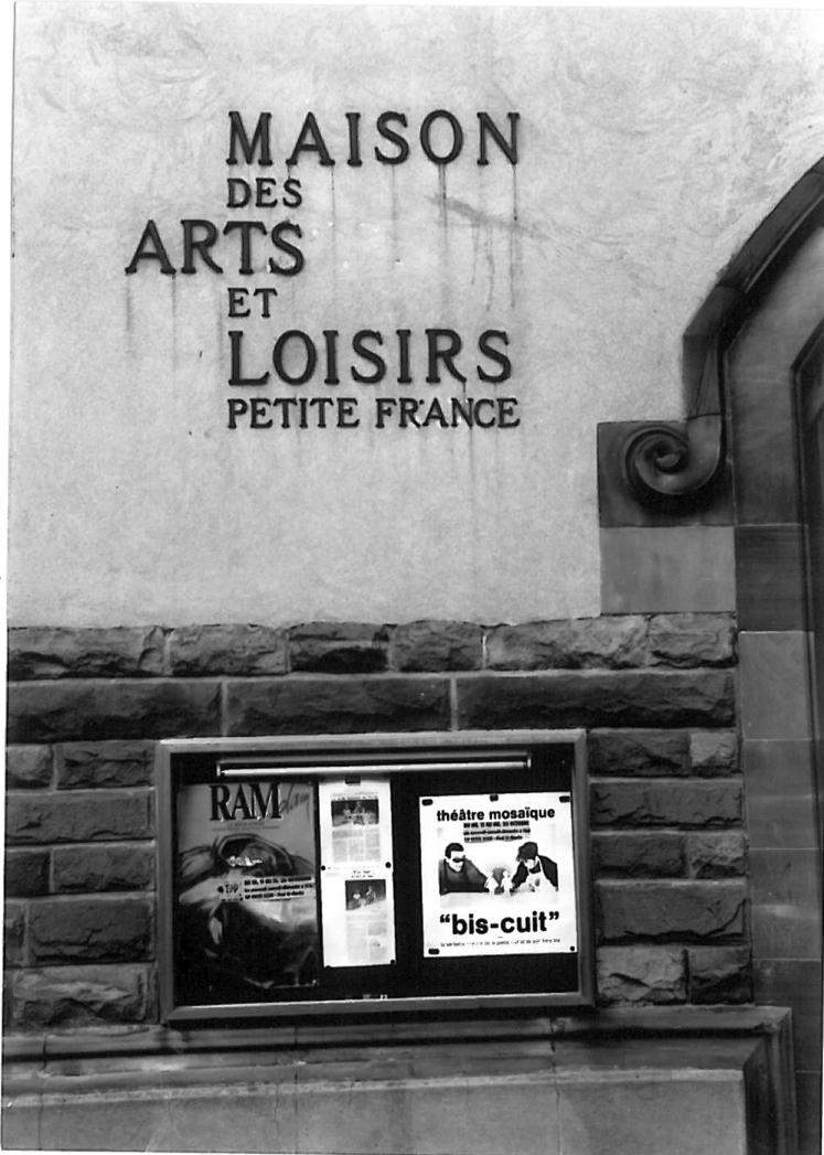 FaçadedelaMaisondesArtsetLoisirs,Petite-France(1989).Photographienoiretblanc,17,6x12,5cm.Droitsréservés.Archives duTJP,Strasbourg.