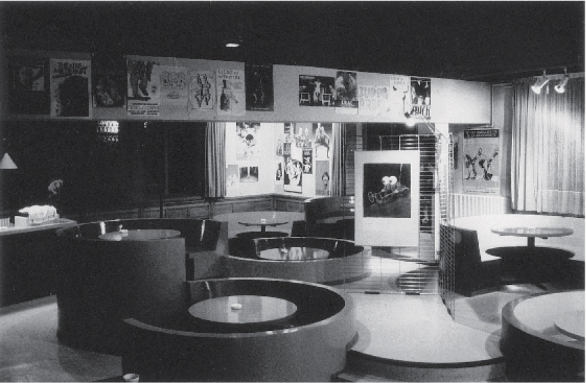 CafétériaduTJPPetiteScène(c.1980).Photographienoiretblanc,9,6x14,5cm.Photographe:ChristianPOIREL.ArchivesduTJP,Strasbourg.