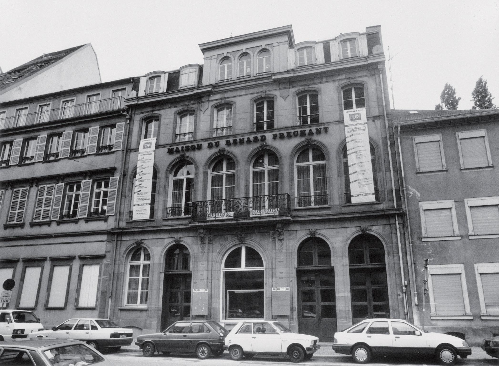 Façade de la Maison du Renard Prêchant, futur TJP Grande Scène (c. 1990-1). Photographie noir et blanc, 17,7x24cm. Droits réservés. Archives du TJP, Strasbourg.
