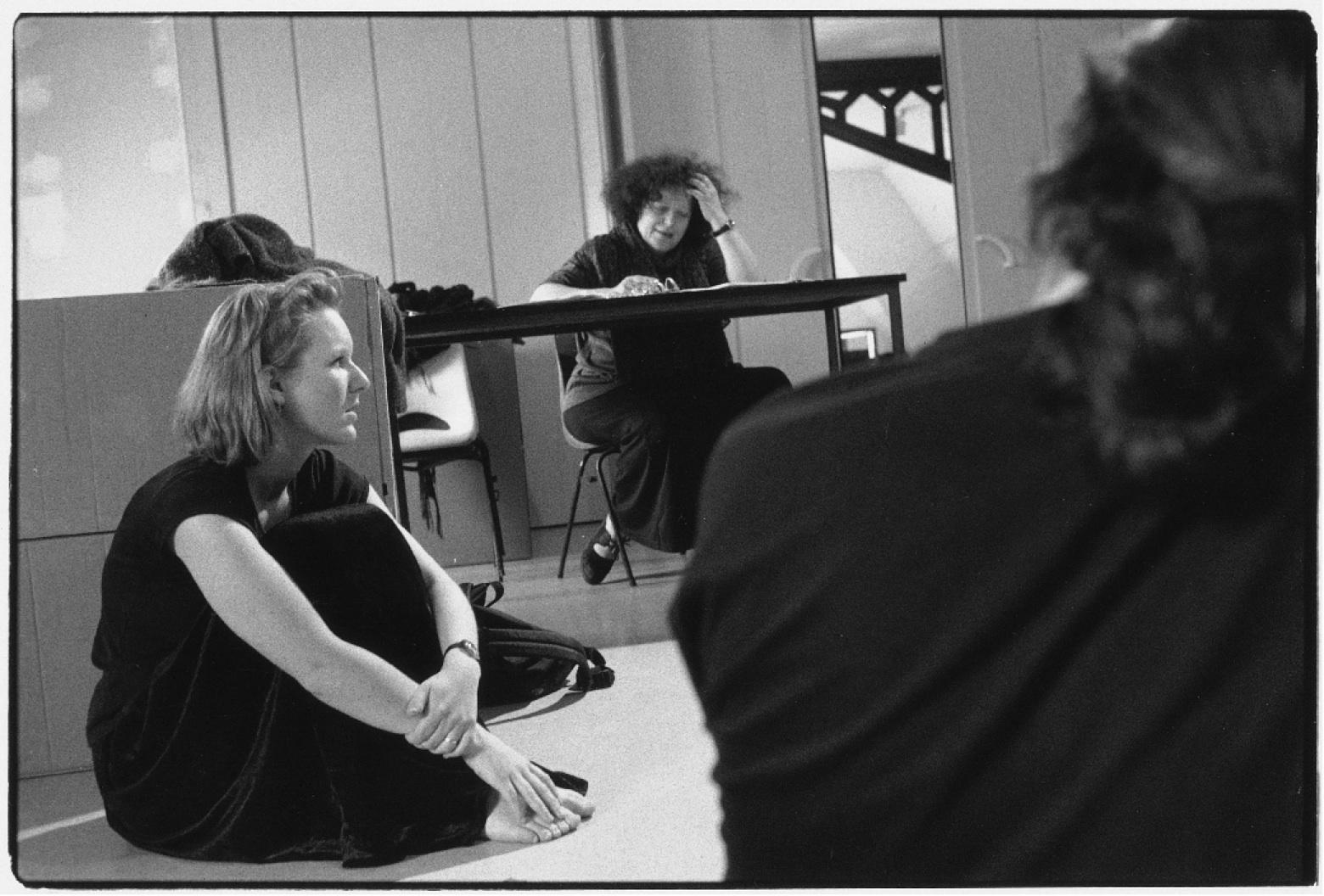 Atelier avec Ève LEDIG dans le cadre du Tremplin Jeune Théâtre (mai 1996). Photographie noir et blanc,18x24cm.Photographe : Jean-Baptiste DORNER. Archives du TJP, Strasbourg.