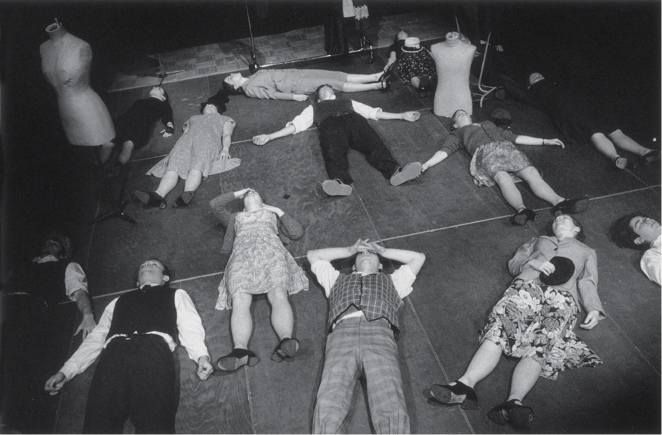 Atelier-‐théâtre avec Ève LEDIG dans le cadre du Tremplin Jeune Théâtre (mai 1996). Photographie noir et blanc, 18x24 cm. Photographe Jean-Baptiste DORNER, Archives du TJP, Strasbourg