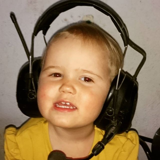 Har jag gjort nåt dumt nu tro? Pappas lurar är det ju musik i! 😁 #peltor #p4stockholm #lantliv #detmanintekännertillsaknarmaninte